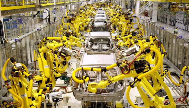 Rows of industial robots in a typical car assembly line. Image courtesy of studentweb.cencol.ca